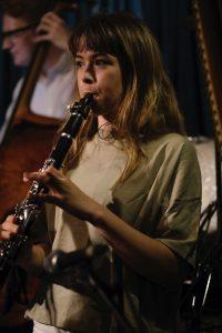 Klarinett spilles av ung jente